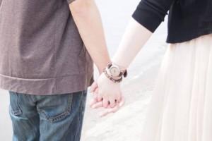 デートで手をつなぐカップル