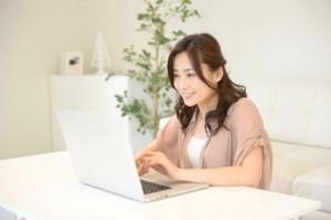 Webサイトで会員検索する女性