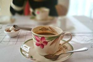 コーヒーカップ越しに見るお見合い相手