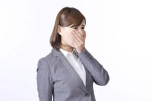 苦労話を聞き涙をこぼす女性