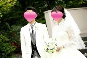 結婚式の写真撮影で並ぶ新郎新婦