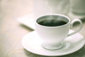 ソーサーに乗ったコーヒーカップ