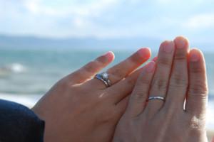 指輪をした夫婦の手