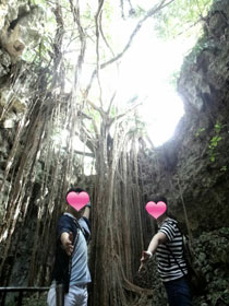 沖縄へ新婚旅行 美しい景色のツーショット写真