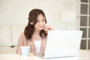 PCで検索する女性