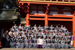 氷川神社楼門を背景に神職と如月会の皆さん