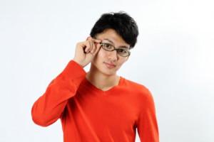 黒縁メガネをかけぼさっとする男性