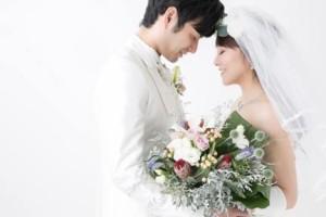 結婚式を挙げる新郎新婦