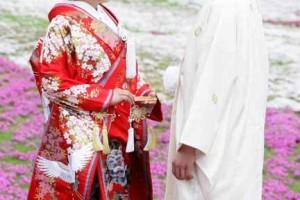 和装で結婚式を挙げる夫婦