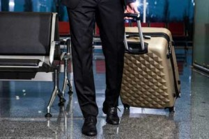 スーツケースを転がす男性