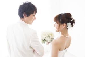 結婚する幸せなカップル