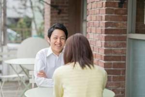 オープンカフェで仮交際デートするカップル