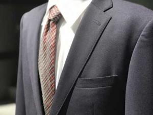 お見合い男性のスーツ姿