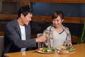 デートで食事をするカップル