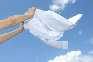 シワを伸ばして洗濯ものを干す