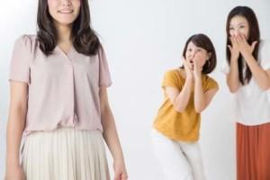 女性らしいシャツとスカートの服装でお見合い