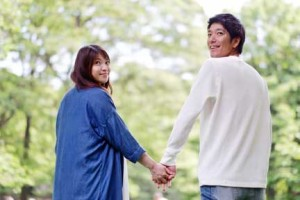 公園デートで手を繋ぐカップル