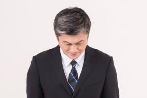 結婚相談所入会に頭を下げる50代初婚男性