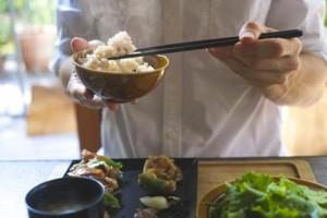和食マナー箸の持ち方が悪い男性