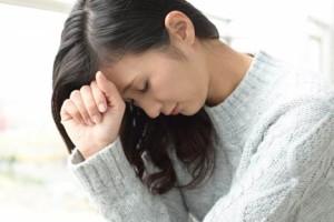 憂鬱な表情を見せる女性