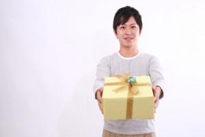 彼女にクリスマスプレゼントを贈る男性