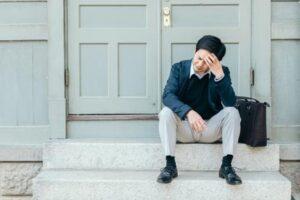 デート失敗の間違いを指摘され落ち込む男性