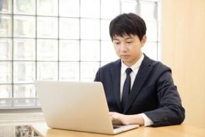 IT企業でパソコン操作する男性
