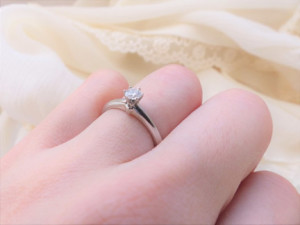 婚約指輪をする女性