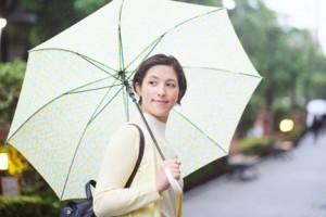 雨傘をさし振り返る女性