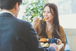 初デートで食事をするカップル